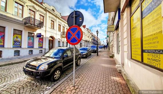 Zakaz parkowania na ulicy Dwornej w Łomży, fot. Paweł Wądołowski