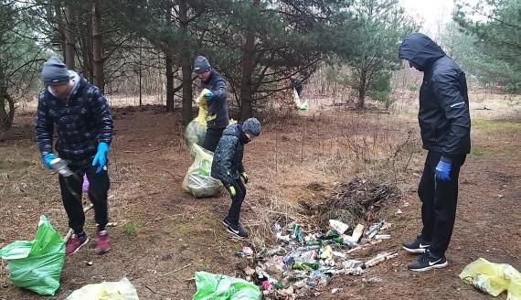 Mieszkańcy Grabówki wspólnie posprzątali swój las, fot. Wojciech Szubzda