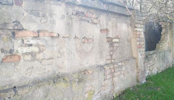 Mur otaczający cmentarz w Białymstoku rozpada się - Stowarzyszenie Miasto Mieszkańców chce jego ochrony, fot. Edyta Wołosik