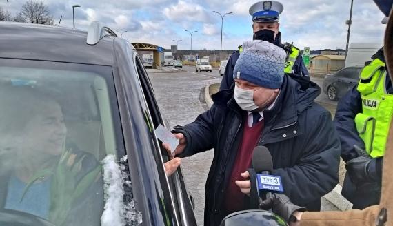 Tulipany zamiast mandatu - wspólna akcja policji i białostockiego WORD-u, fot. Grzeforz Pilat