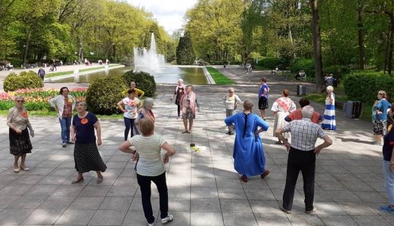 """Akcja """"Z tańcem po zdrowie"""" w białostockim parku Planty, źródło: plus50.org.pl"""