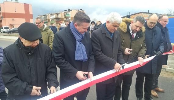 Kierowcy i piesi mogą korzystać z nowej drogi łączącej Sobolewo i Henrykowo, fot. Wojciech Szubzda