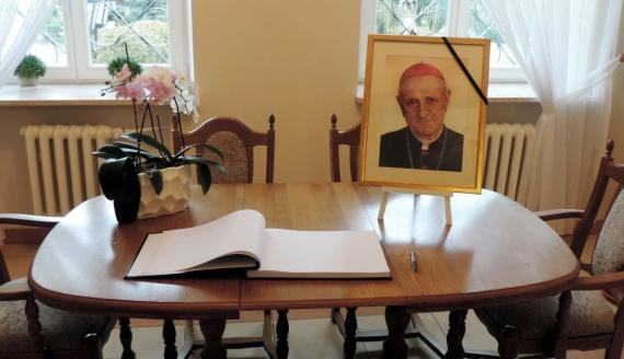 Można wpisać się do księgi kondolencyjnej dedykowanej bpowi Stanisławowi Stefankowi, fot. Adam Dąbrowski