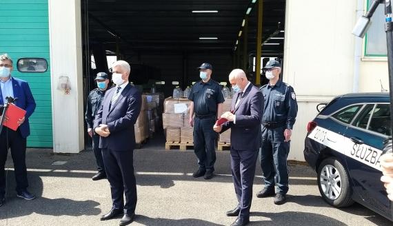 Podlaska KAS przekazała blisko 8 tys. litrów alkoholu na zwalczanie koronawirusa, fot. Grzegorz Pilat