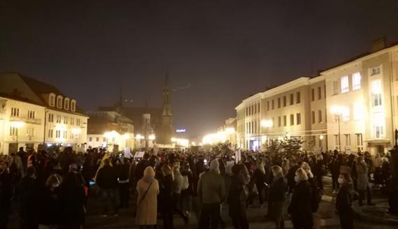 Czarny spacer w Białymstoku - na ulice wyszło kilka tysięcy osób, fot. PRB