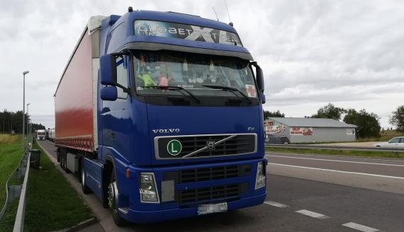 Ciężarówka z pomocą humanitarną dla uchodźców czeka na polsko-białoruskim przejściu granicznym w Bobrownikach, fot. Michał Buraczewski