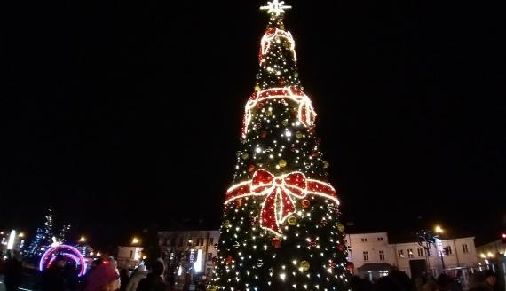 W centrum Suwałk stanęła choinka - z tej okazji rozdano dzieciom prezenty - fot. Iza Kosakowska