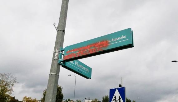 """Kolejny raz ktoś pomalował farbą tablicę z nazwą ulicy im. Szendzielarza """"Łupaszki"""", fot. Marcin Gliński"""