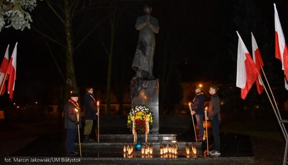 Przedstawiciele władz Białegostoku złożyli kwiaty i zapalili znicze pod białostockimi miejscami pamięci, źródło: bialystok.pl/Marcin Jakowiak