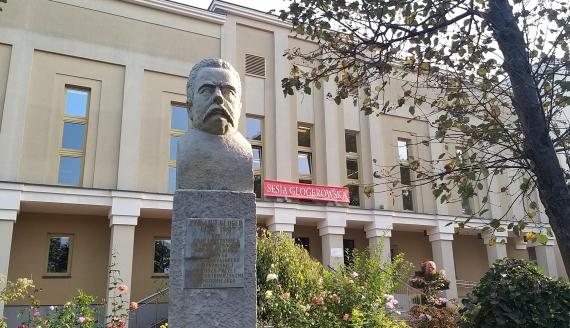 Pomnik Zygmunta Glogera przed Centrum Kultury przy Szkołach Katolickich przy ul. Sadowej w Łomży, fot. Adam Dąbrowski