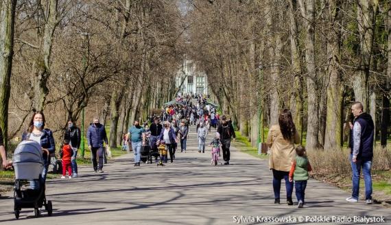 Białostoczanie korzystają z wiosennej pogody - tłumy w parkach i na placach zabaw [zdjęcia]