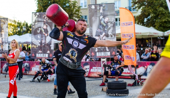 Strongmani na Rynku Kościuszki w Białymstoku, fot. Sylwia Krassowska
