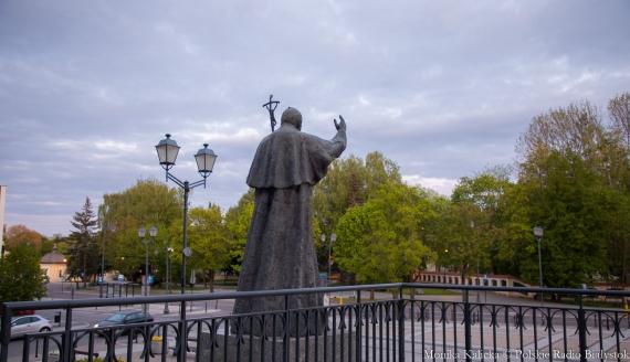 Pomnik papieża Jana Pawła II przy archikatedrze, fot. Monika Kalicka