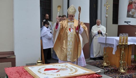 Uroczystość nadania Szkole Podstawowej w Raczkach imienia Jana Pawła II, fot. Marcin Kapuściński
