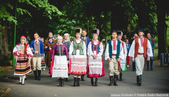 """Spacer z grupą wokalną ZPiT """"Kurpie Zielone"""", fot. Joanna Szubzda"""