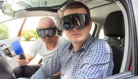 Kamil Kalicki i Andrzej Ryczkowski eksperymentują z alkogoglami, fot. Monika Kalicka