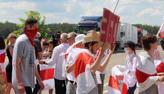 """Protest pod hasłem """"Dla wolnej Białorusi"""" w okolicach przejścia granicznego w Bobrownikach, fot. Marcin Mazewski"""