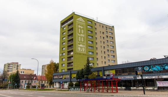 """Mural z tkaniną dwuosnowową """"Cztery pory roku"""" w Białymstoku, fot. Monika Kalicka"""