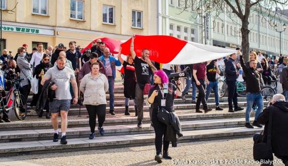 Kilkaset osób protestowało w Białymstoku przeciwko pandemicznym obostrzeniom, fot. Sylwia Krassowska