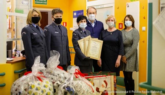 Funkcjonariusze ZK przekazali poduszki uszyte przez skazanych, fot. Sylwia Krassowska