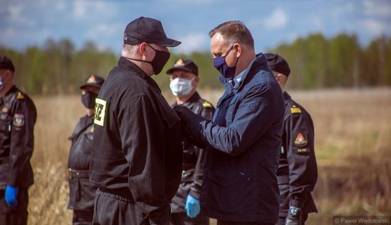 Prezydent Andrzej Duda spotkał się we Wroceniu ze strażakami, którzy gasili pożar w Biebrzańskim Parku Narodowym, 4.05.2020, fot. Paweł Wądołowski