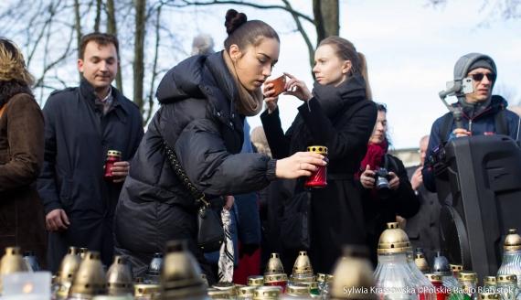 """Mieszkańcy Hajnówki zorganizowali akcję pod hasłem """"Wiecznaja Pamiat' - Wieczna Pamięć"""", fot. Sylwia Krassowska"""