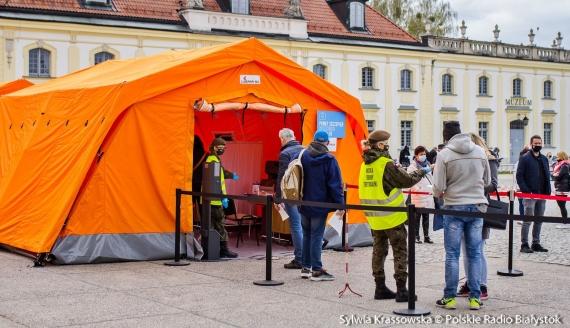 """Akcja """"Zaszczep się w majówkę"""" przed Pałacem Branickich w Białymstoku, fot. Sylwia Krassowska"""