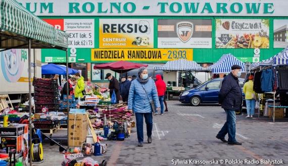 Przedświąteczna niedziela handlowa - tłumy białostoczan na giełdzie i w sklepach, fot. Sylwia Krassowska
