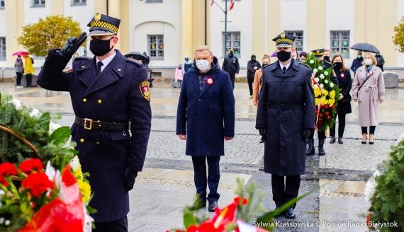 Złożenie kwiatów przed pomnikiem marszałka Józefa Piłsudskiego w Białymstoku, fot. Sylwia Krassowska