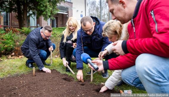 """Sadzenie radiowych """"Tulipanów mocy"""", fot. Joanna Szubzda"""