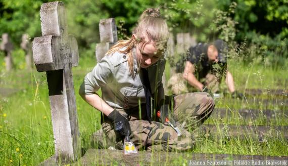 Sprzątanie grobów na cmentarzu wojskowym w Białymstoku, fot. Joanna Szubzda