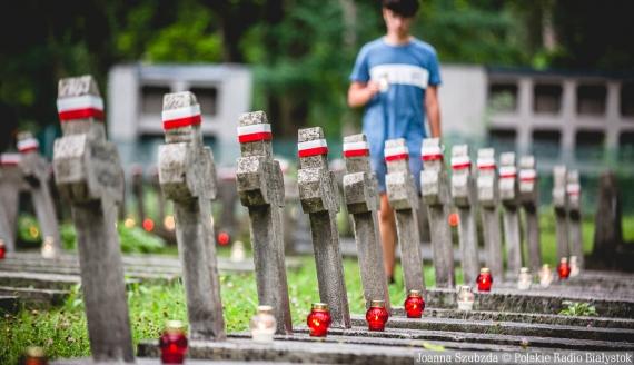 """Akcja """"Światło Pamięci Niezwyciężonym"""" na Cmentarzu Wojskowym w Białymstoku, fot. Joanna Szubzda"""
