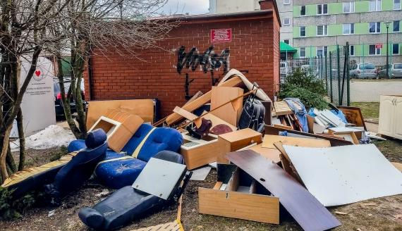 Śmieci na łomżyńskich osiedlu Perspektywa, fot. Słuchacz