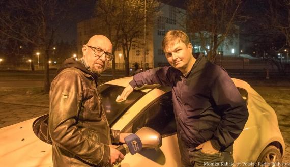 Kamil Kalicki i Andrzej Ryczkowski sprawdzają metody na odparowanie szyb w aucie, fot. Monika Kalicka