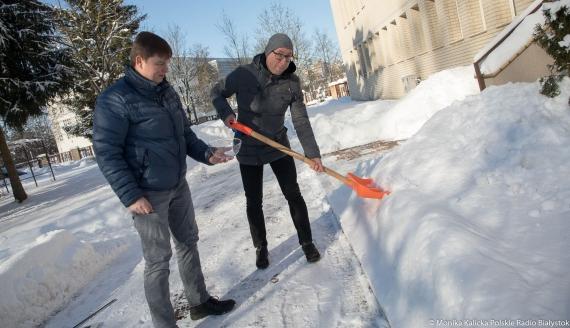 Ważenie śniegu - eksperyment Kamila Kalickiego i Andrzeja Ryczkowskiego, fot. Monika Kalicka