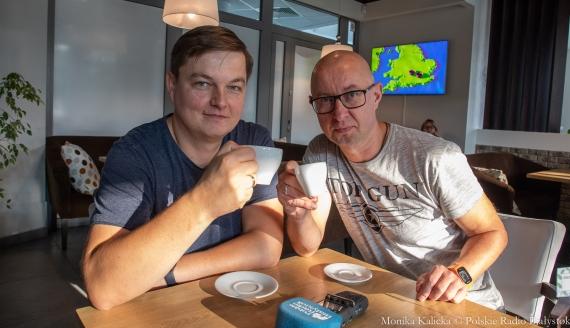 Jak zrobić dobrą kawę - sprawdzają Kamil Kalicki i Andrzej Ryczkowski, fot. Monika Kalicka
