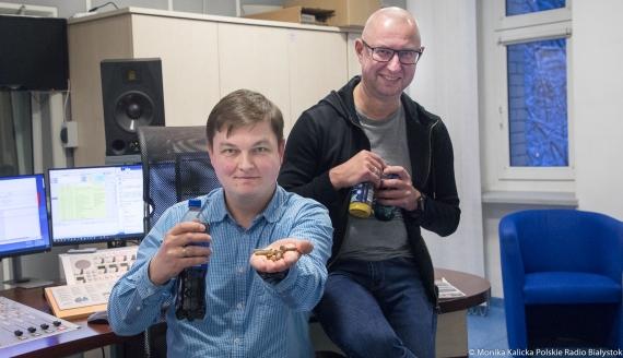 Kamil Kalicki i Andrzej Ryczkowski testują sposoby na odrdzewianie śrub, fot. Monika Kalicka
