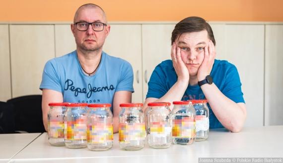 Jak pozbyć się niepotrzebnych etykiet ze szklanych opakowań? Sprawdzają Andrzej Ryczkowski i Kamil Kalicki, fot. Joanna Szubzda