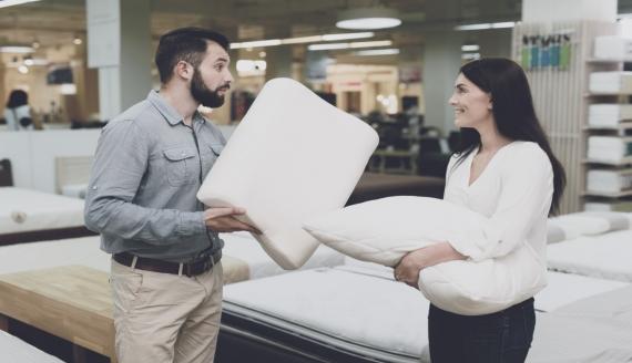 Kto powinien zmienić swoją starą poduszkę na nowoczesną poduszkę z pianki?
