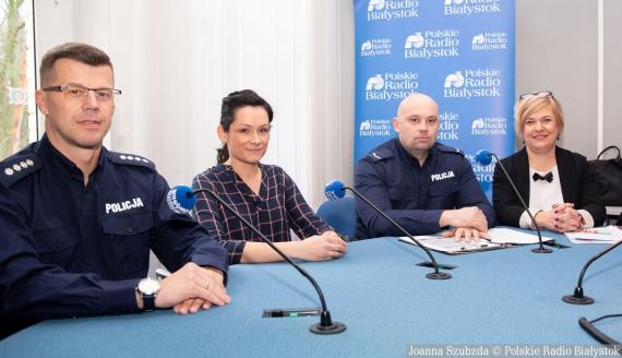 nadkom. Dariusz Matynka, Agnieszka Kopacewicz, sierż. Piotr Kozłowski i Magdalena Kozłowska, fot. Joanna Szubzda